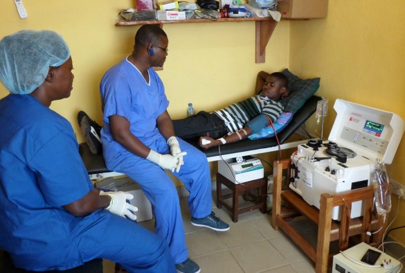 Mr Yusuf Kabba, President of the Sierra Leone Association of Ebola Survivors donates plasma (photo MG Semple(c))
