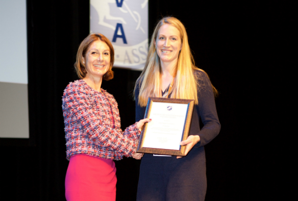 Outgoing President Victoria Nicholls presents Cajsa Isgren with the BEVA Trust Peter Rossdale Equine Veterinary Journal Open Award